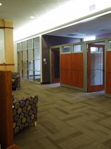 The cubicles on either side of the waiting area give students privacy during advising sessions.